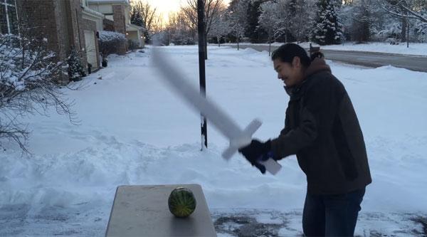 カッチカチやで!氷の剣で果たしてスイカは割れるのか試してみた【検証動画】