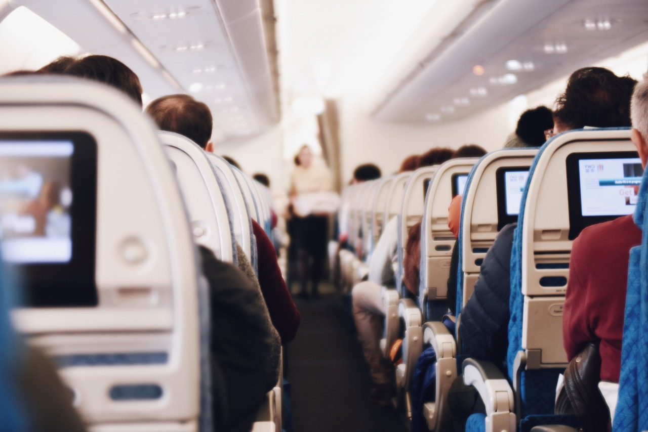 Por qué deberías evitar sentarte entre dos pasajeros en un avión