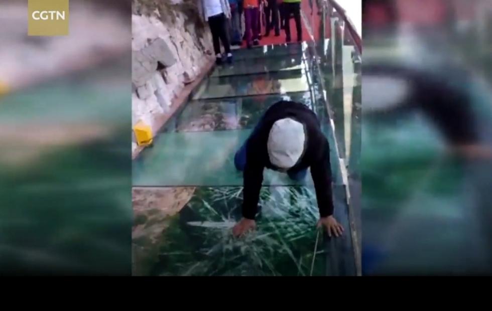 Touri-Streich: Wenn der Skywalk unter den Füßen zusammenbricht