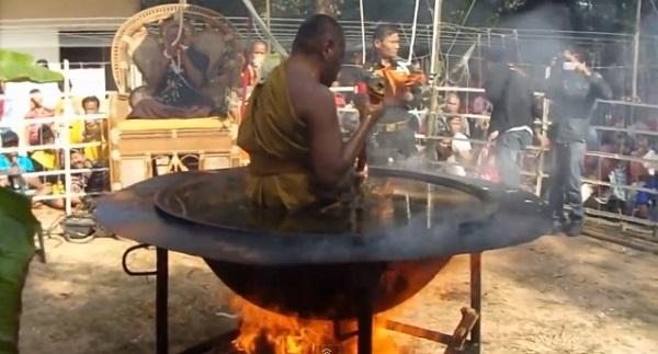 トリック?神業?タイの仏教僧が沸騰する油風呂の中で瞑想する動画が話題に