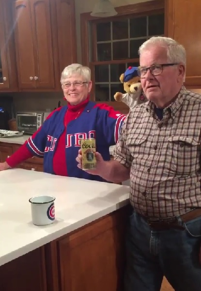 「カブスが優勝するまでこの缶ビールは飲まない!」と決めていたおじいちゃん、32年越しに缶を開封!【動画】