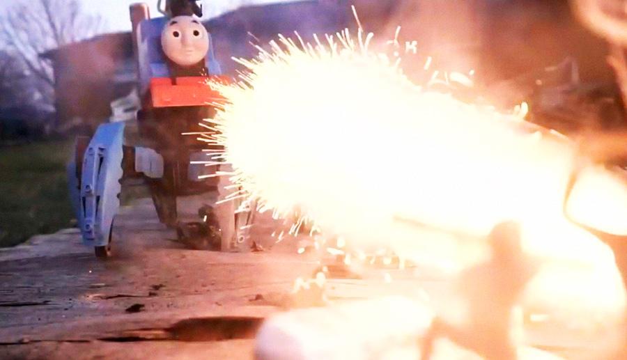Spielzeug-Hexapod mit Flammenwerfer aufgerüstet