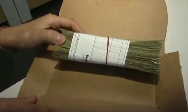 【衝撃】ピザ屋で買ったチキンの箱を開けたら・・・5000ドルが入っていた!