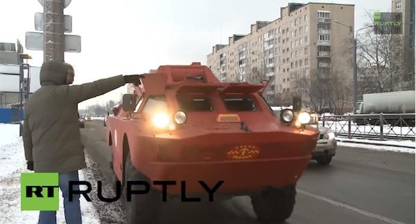 UBERよ、これがタクシーだ!おそロシアのタクシーは水陸両用装甲車、機関銃も実装