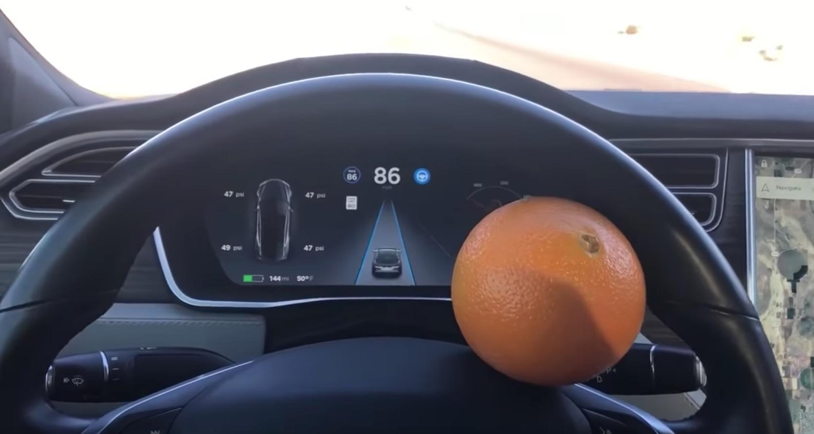 No lo intentes en casa: Utiliza una naranja para engañar al Autopilot de Tesla