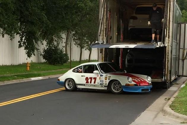 マグナス・ウォーカー氏が記者を乗せたヴィンテージの「911T」でクラッシュ!