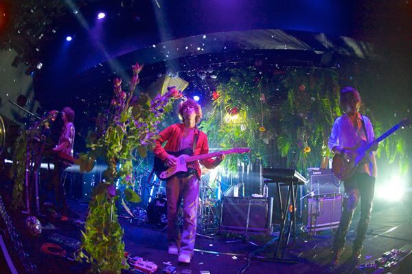 HAPPY、樹木に覆われたステージで1stアルバム完全再現フリーライブを開催