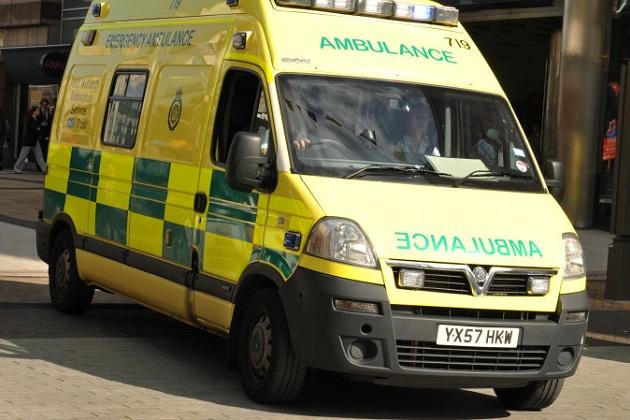 イギリス人男性が愛車のルノーを救急車に偽装した驚きの理由とは?