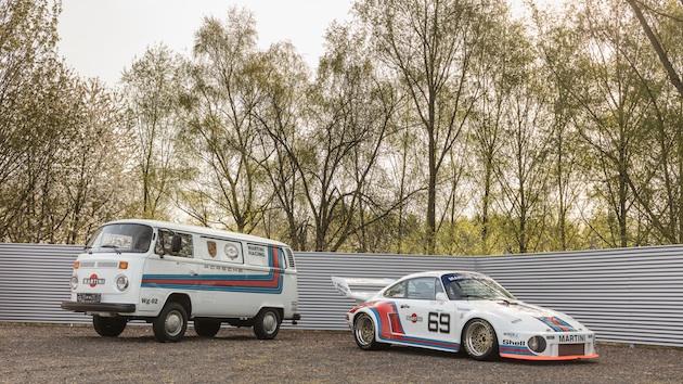 マルティーニ・カラーのポルシェ「934/5」とフォルクスワーゲン「T2トランスポーター」が、揃ってオークションに出品