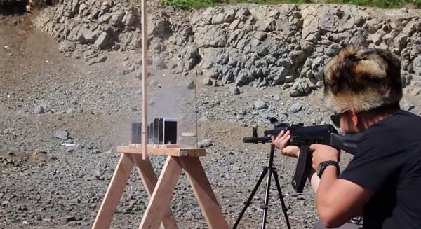 まさに誰得実験!世界一タフな銃・AK-74でiPhoneを何台撃ち抜けるか?衝撃の結果に