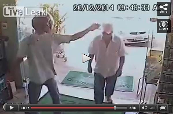 強盗から頭に銃口を突き付けられても平然と買い物をするお爺ちゃんがカッコよすぎて話題