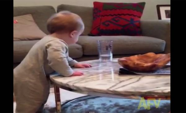 コップを落とそうとする赤ちゃんと絶叫する母親の息詰まる攻防戦www【動画】