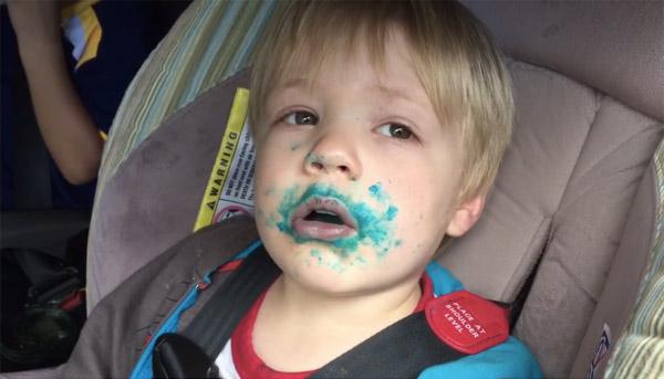 「カップケーキ食べた?」 バレバレの嘘をつく男の子が可愛いすぎる【動画】