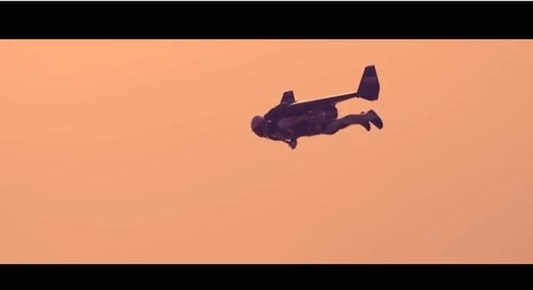 「アイアンマン」か!?上空5000フィートから飛び降りる男がスゴすぎる
