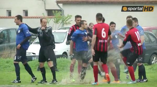 子供かよ!サッカープロリーグで泥をぶっかけ合う大ゲンカが勃発してまさに泥仕合www【動画】