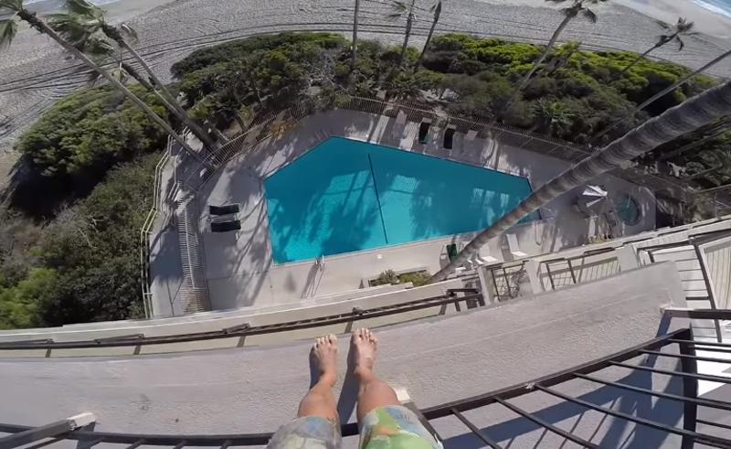 ひたすら高いところから飛び込み続ける男、今度は不法侵入したホテルの屋上からダイブ!