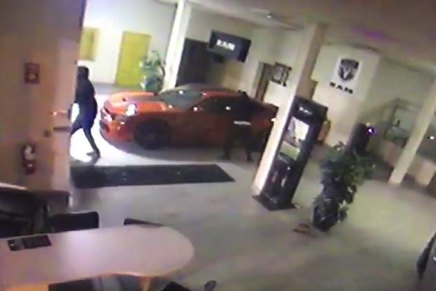 【ビデオ】防犯カメラで撮られた、ダッジ「チャージャー SRT ヘルキャット」があっという間に盗まれる瞬間!