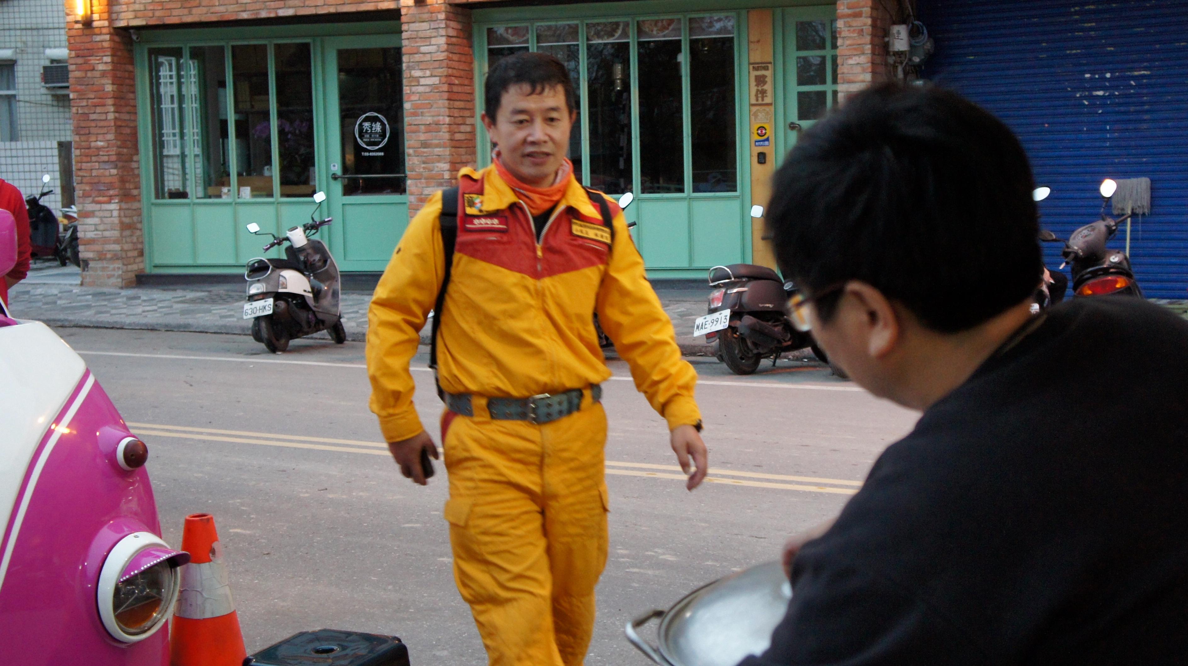 温かいジンジャー・ティーをもらいに来る救助隊員=2月9日午後5時半ごろ、花蓮市