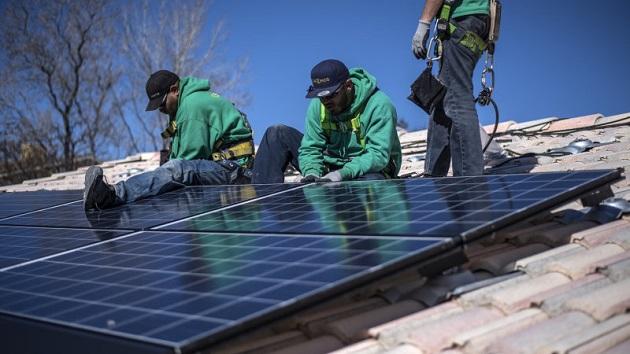 テスラ、太陽電池生産に向けパナソニックと提携を検討