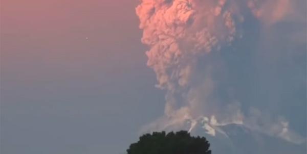 チリ・カルブコ火山大噴火の空を見上げるとUFOが出現!?【動画】