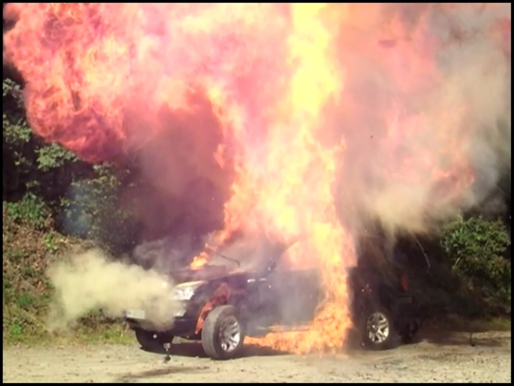 BMW X5, breaking, China Kopie, China Copy Shop, rost, SCEO, Shuanghuan, Shuanghuan CEO, test, Zerstörung, Sprenung, Feuer, wasser, Agro Attacke, BMW X5 Kopie