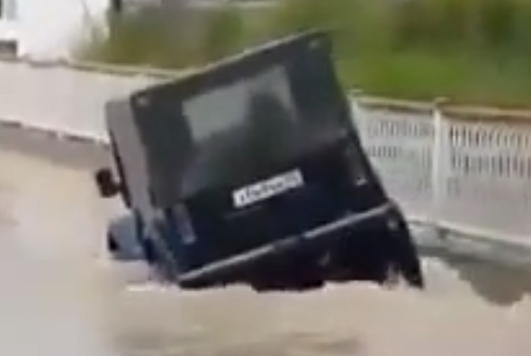 Video: SUVs don't float