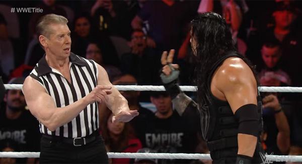御年70歳!WWE「悪のオーナー」ことビンス・マクマホンが審判としてリングに降臨!相変わらずのガチムキっぷりにファン歓喜