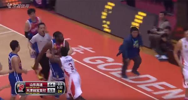 昭和のプロ野球かよ!中国のプロバスケでアツすぎる乱闘勃発!元NBAの助っ人が肘打ちに激昂【動画】