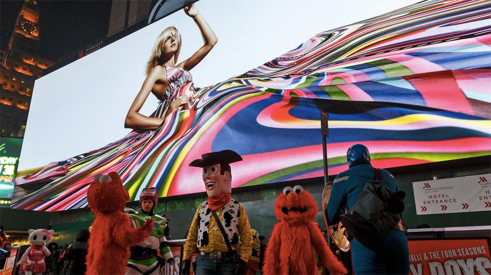 La última pantalla de Times Square es tan larga como un campo de fútbol