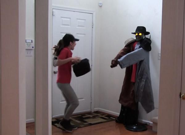 玄関のコート掛けがいきなり動き出したら人はどう反応するのか【どっきり動画】