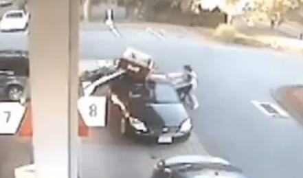 ガソリンスタンドで追突事故発生!母親の子供救出劇に絶賛の嵐
