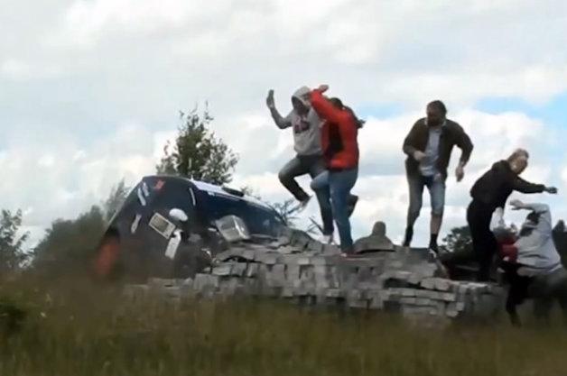 【ビデオ】あわや大惨事! ラリーカーが観客に突っ込む