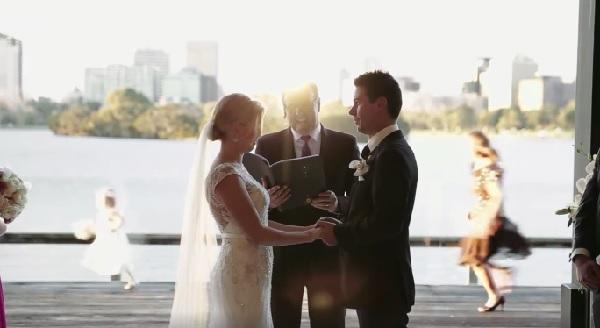 愛を誓う新郎新婦・・・でも、後ろになんかいる! 会場が大爆笑に包まれた結婚式動画が話題に