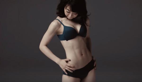 AKB48・峯岸みなみがライザップで手に入れた完璧なボディラインを披露、スゴすぎると話題に【動画】