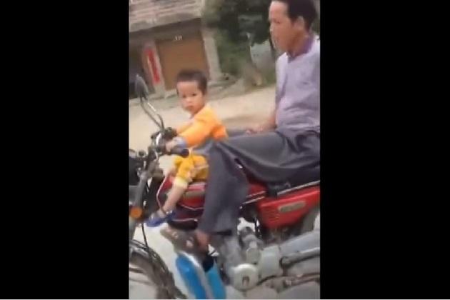【ビデオ】絶対に危険! 幼児にオートバイを運転させる中国人男性