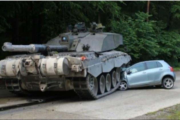 【ビデオ】ドイツで見習いドライバーの運転するトヨタ車が英陸軍の戦車に踏みつぶされる!