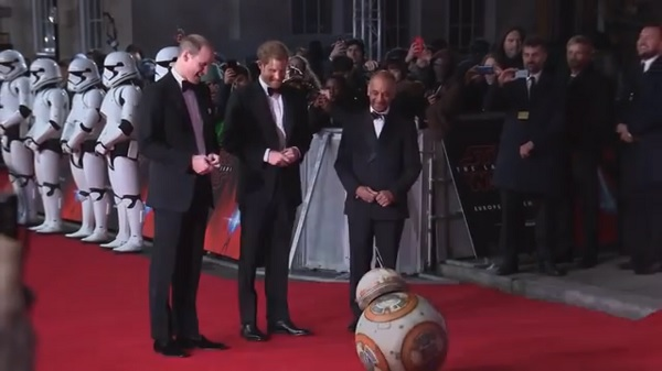 可愛過ぎる!英王子に丁寧にお辞儀する『スター・ウォーズ』BB-8【映像】