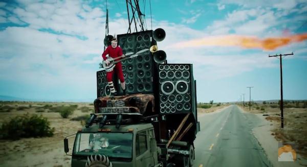 『マッドマックス』の火炎放射ギター男をナイスバカが完全再現してアツすぎる!【動画】
