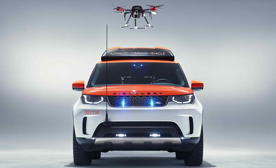 Land Rover mit Drohnen-Landeplatz auf dem Dach