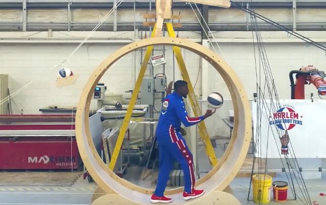 Rube-Goldberg-Mensch-Maschine mit den Harlem Globetrotters