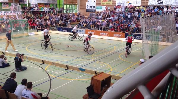 世界で最もバカなスポーツ!ブレーキなしの自転車に乗りながらフットサル【動画】