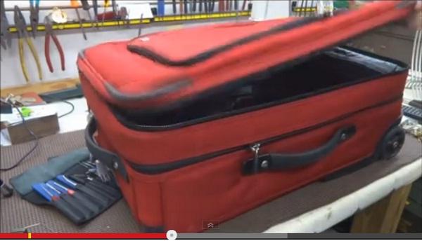 怖すぎる!鍵がかかっているスーツケースのジッパーは簡単に開けられる事が判明