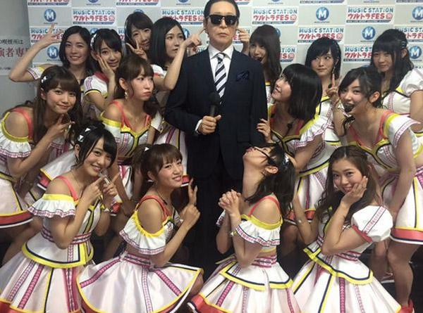 タモリさんを中心に集団で囲んむAKB48