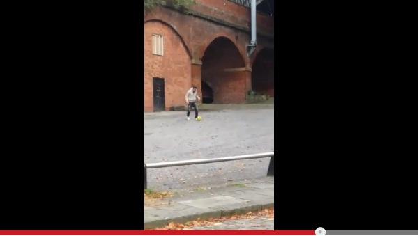 マンチェスター・ユナイテッドのファン・ペルシーが子供達と路上サッカーする動画が話題に