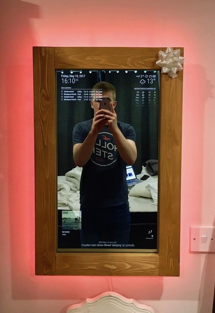 """Crea un """"espejo mágico"""" empleando Raspberry Pi (y mucha paciencia)"""
