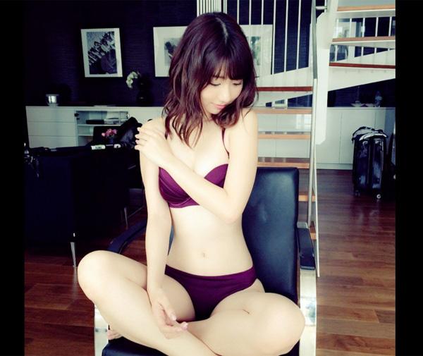 あぐら姿の水着姿が話題となった柏木由紀さん