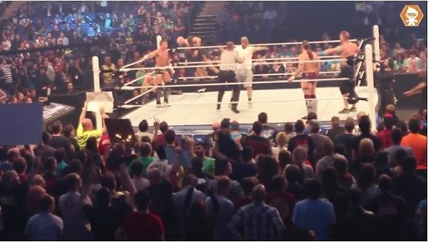 WWEスマックダウンの試合中に覆面姿のバカファンが乱入して大騒ぎに【動画】
