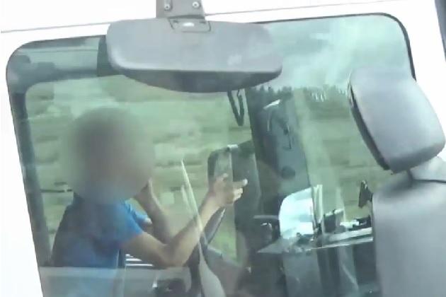 【ビデオ】両手で2台の携帯電話を使いながら高速道路を走っていた悪質なトラック運転手が捕まる