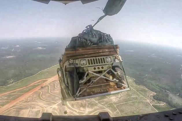 【ビデオ】米国空軍が、大型輸送機に載せた軍用車両を上空から次々と投下する迫力の映像!