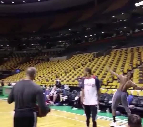 NBA最強スター、レブロン・ジェームズのアメフトばりの超ロングシュートがスゴすぎる【動画】